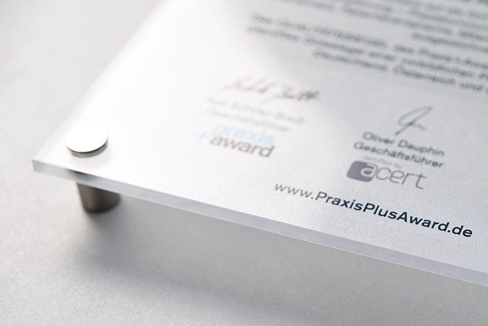 Materialbeispiel für das Türschild auf einer Plexiglasplatte mit Wandabstandshaltern